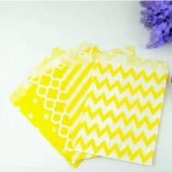 бумажный пакет в желтую полоску